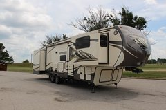 **Montana Mountaineer 375FLF, 5-slides, hydraulic jacks** in Fort Leonard Wood, Missouri