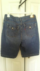 women's size 10 Levi's shorts in Tinley Park, Illinois