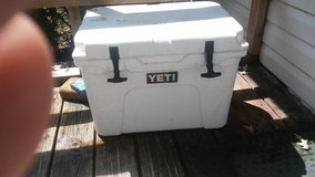 35 quart yeti cooler 6months old in Beaufort, South Carolina