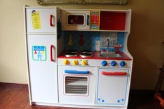 Play Kitchen by KidsKraft/ Great Condition in Aurora, Illinois