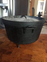 6 Qt dutch oven with legs, lid and carrying bag-well seasoned in Yorkville, Illinois