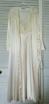 Nightgown set, size L in Warner Robins, Georgia