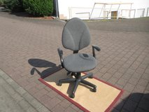 comfortable office chair with arm rests in Ramstein, Germany