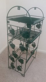 Green metal shelf/tomato decor in St. Charles, Illinois