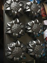 Sunflower muffin /MINI CAKE PAN in Fort Leonard Wood, Missouri