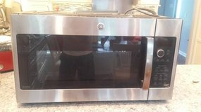GE PROFILE 2.1cu ft OvertheRange MicrowaveOven 1yr old w/ Mounting KIT (like new 1yr old) in Bolingbrook, Illinois