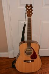 Yamaha F325 Folk Acoustic Guitar in Houston, Texas