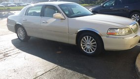 2006 lincoln town car in Oswego, Illinois