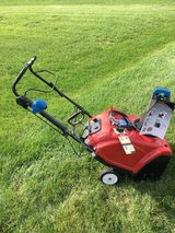 TORO 221QE SNOWBLOWER BLUE CHUTE KNOB WITH ELECTRIC OR PULL START AND RUNS VERY GOOD. in Chicago, Illinois