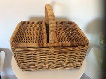 THICK GOOD QUALITY PICNIC BASKET in Lakenheath, UK