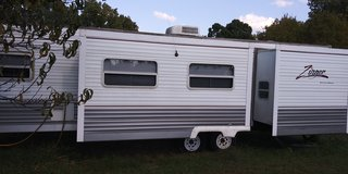 Zinger 32 ft camper 2 electric slideouts 2 bedroom full bath 2006 clear title in Fort Campbell, Kentucky