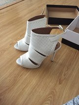 white heels size 9.5 in Great Lakes, Illinois
