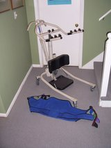 Invacare Get-U-Up Hydraulic Stand-up lift and sling in Kansas City, Missouri
