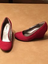 Maroon shoes sz 5 in Alamogordo, New Mexico