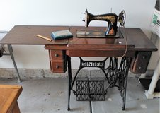 1915 ANTIQUE IRON TREADLE SINGER SEWING MACHINE & 5 DRAWER TIGER OAK CABINET in Chicago, Illinois