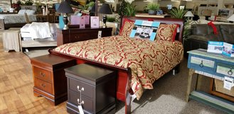 7 PC QUEEN BEDROOM SET IN CHERRY OR BLACK . in Cherry Point, North Carolina