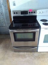 Frigidaire glass top stove  Convection oven. in Fort Bragg, North Carolina