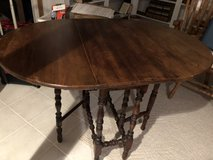 Antique gate leg table. Great condition in Plainfield, Illinois