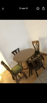 Round/oval dinning table w chairs in Ramstein, Germany