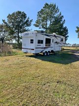 5th wheel camper with 2 slide outs-2005 in Fort Polk, Louisiana
