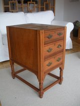 Small English mahogany chest of drawers in Wiesbaden, GE