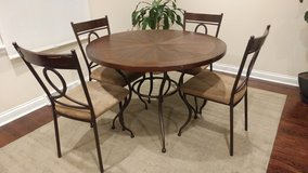 Round table with 4 chairs in Naperville, Illinois