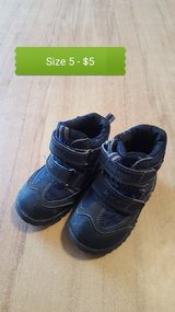 Toddler snow boots size 5 in Fort Leonard Wood, Missouri