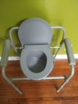 Portable potty chair great condition in Fort Campbell, Kentucky