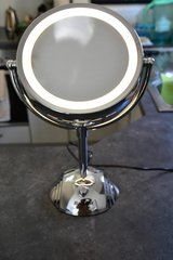 Lighted makeup mirror with 1x and 8x magnification in Stuttgart, GE