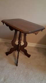 NICE ANTIQUE VICTORIAN CARVED WOOD PARLOR TABLE/ SIDE END TABLE in Houston, Texas