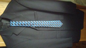 Eye catching mens suit.. 4 button front with new tie!! in Tacoma, Washington