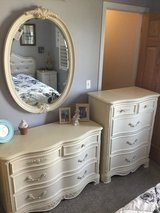 Twin bedroom set bed 2 dressers & mirror in Bolingbrook, Illinois