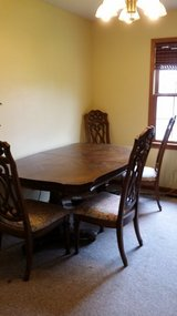 Dinning Table with leaves and 6 chairs in Fort Leonard Wood, Missouri