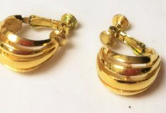 Vintage Napier Hoop Screw On Gold Tone Vintage Clip On Earrings Flower Floral in Kingwood, Texas