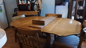 Table with leaves and extra board, 6 chairs, to big for my home. in Alamogordo, New Mexico