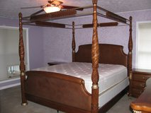 King Poster Bed Bedroom Set 6 Pce Dresser w/Mirror CHest Night Stands Pillowtop Mattress Box in Fort Campbell, Kentucky