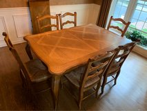 Table with 6 chairs in Glendale Heights, Illinois