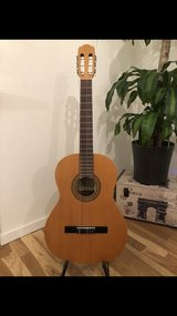 Beautiful classical guitar with stand, bag and foot rest in Wiesbaden, GE