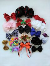 17 Young Girls Hair Bows Pre-owned in Joliet, Illinois