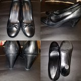 Black round toe pumps sz 8 in Chicago, Illinois