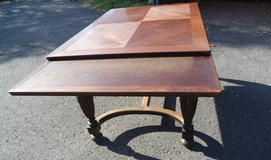 solid oak dining room table with 2 extension leaves in Spangdahlem, Germany