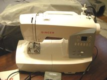 SINGER 7426 SEWING MACHINE w/TABLE EXTENSION/ACCESSORIES in Sandwich, Illinois