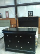 Queen bed Dresser in Byron, Georgia