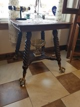 """Amazing Lamp Table with 4"""" ball and claw feet in Fort Leonard Wood, Missouri"""