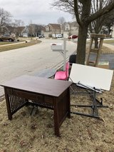 Free stuff at curb in Glendale Heights, Illinois