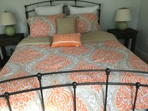 Queen Comforter. Reversible, Inc. 2 Throw Pillows and  2 shams, Clean, Machine Washable, Like New! in Beaufort, South Carolina