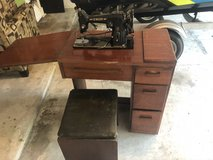 Singer sewing table with machine in Spring, Texas