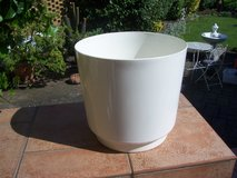 """Planter, Plastic.  It is 12"""" wide X 11.5"""" high and in like new condition. in Wiesbaden, GE"""