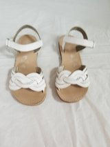 Olive & Edie Girl's Size 2 White Leather Sandals in Great Condition in Chicago, Illinois