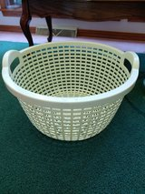 Vintage Light Yellow Round Basket Weave Laundry Basket w/ Handles Sturdy 70s in Fort Leonard Wood, Missouri